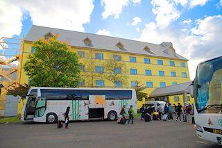 バスがホテルに到着!