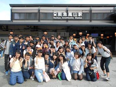 嵐山駅前での5組集合写真