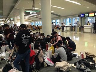 先発組は那覇空港で長い待ち時間でした。