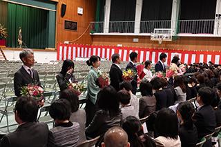 PTA役員様より担任団へ花束の贈呈